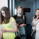 Uczestnicy warsztatów w realizatorce stacji Antyradio